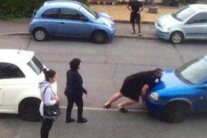 Homem Empurra Carro Que Estava a Bloquear Entrada De Habitação 10