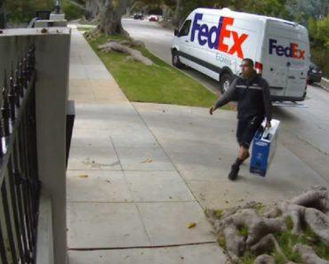 Como Um Trabalhador Da FedEx Entrega Um Monitor Em Casa Do Cliente 4
