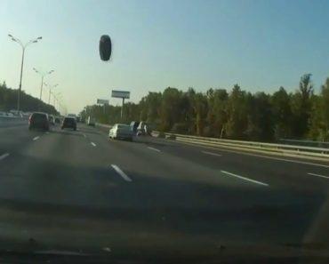 Pneu Salta De Veículo, Atravessa Estrada e Regressa Novamente Ao Dono Sem Causar Nenhum Acidente 9