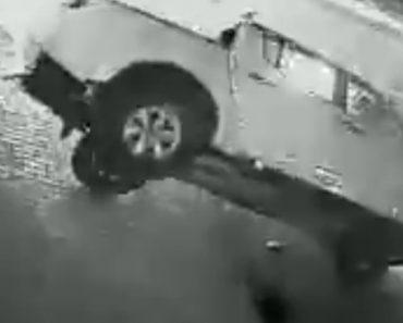 Carrinha De Condutor Bêbado Capota, Mas Ele Continua Sem Se Preocupar Com Os Ocupantes 5