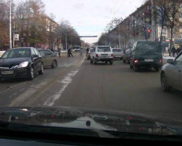 Idosa Descontraidamente Atravessa Estrada Ignorando o Acidente Que Provocou 8