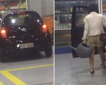 Mulher Coloca Água No Depósito Do Carro Em Posto De Combustível 10