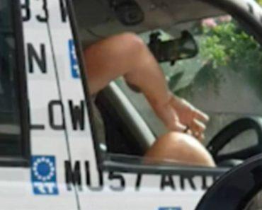 Taxista Corta Pelos Das Pernas Dentro Do Táxi Enquanto Espera Por Cliente 6