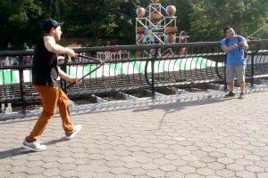 Imbecil Corta Paus De Selfie a Turistas Em Nova Iorque 10