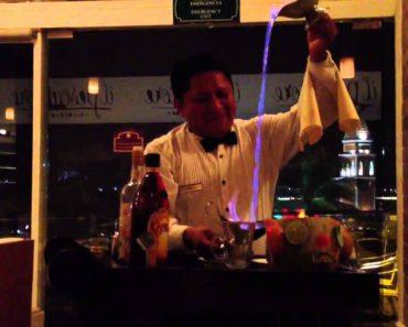 """Barman Faz Bebida """"Cascata De Fogo"""" e Deixa Clientes Maravilhados 3"""