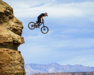 Ciclistas De BTT Participam Em Competição Arriscada Ao Descerem Perigosa Montanha 7