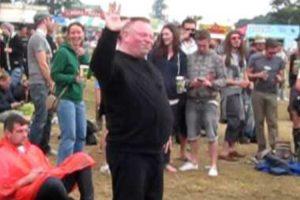 Energético Homem Capta As Atenções Pela Sua Dança Durante Festival 10