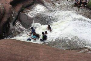 Um Escorrega De Água Criado Pela Natureza Que Faz a Delícia De Qualquer Visitante 10