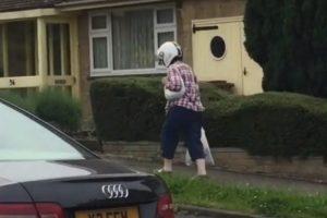 Esta Mulher Dá Tanta Importância à Segurança Que Até Para Andar a Pé Precisa De Capacete 6