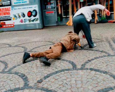 Bêbados Têm Ridículo Confronto No Meio Da Rua 10