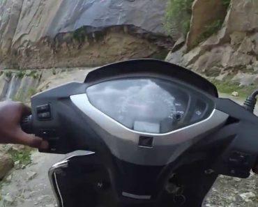 Motociclista Faz Arriscada Travessia Em Scooter Ao Percorrer a Estrada Mais Perigosa Do Mundo 3