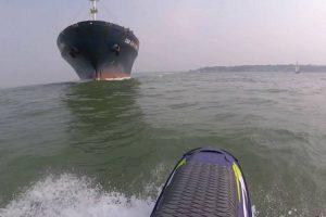 Homem Em Jet Ski Aproxima-se Perigosamente De Navio e Quase Fica Debaixo Dele 10