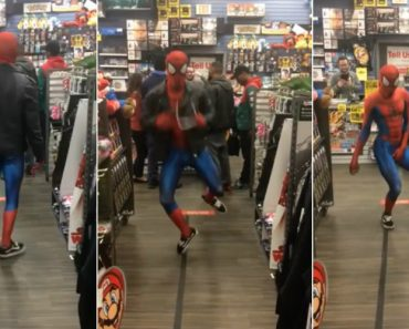 """Homem-Aranha Não Resiste Ao Ouvir """"Take On Me"""" Dos A-ha Numa Loja 5"""