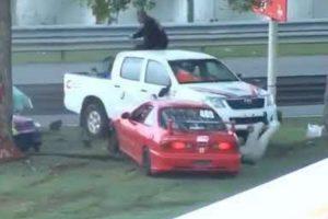 Carro Fica Partido Ao Meio Após Embater Em Árvore Durante Corrida 10