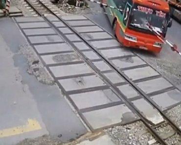 Autocarro Bate De Frente Em Cancela De Passagem De Nível Que Quase Fura Passageiros 3