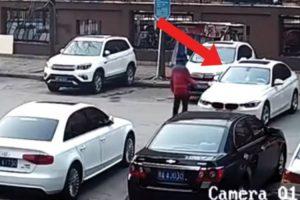 Condutora Tenta Estacionar BMW e Quando Finalmente Consegue... Acontece o Inesperado! 10