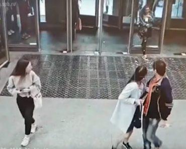 Jovem Parte Vidro De Porta Após Bater De Frente Por Estar Demasiado Focada No Seu Telefone 4