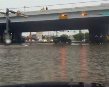Como Um Verdadeiro Jipe Atravessa Uma Estrada Inundada 3
