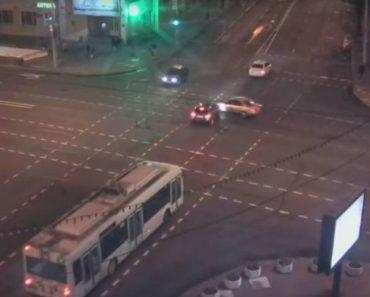 Automobilista Passa Sinal Vermelho, Colide Com Outro Carro e Acaba a Descer a Escadaria Do Metro 2
