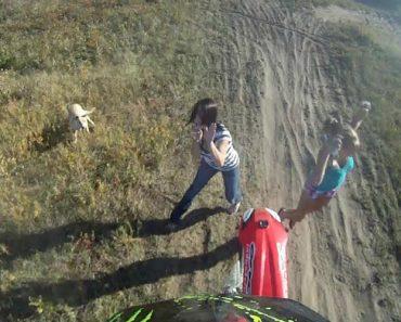 """Praticante De Motocross """"Aterra"""" Em Cima De Mulher Após Salto 2"""