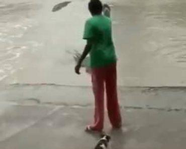 Mulher Mostra Método Infalível Para Afugentar Crocodilos 5