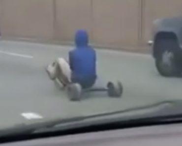 Homem Causa Abrandamento No Trânsito Ao Ir De Triciclo Para Movimentada Estrada 6