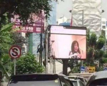 Trânsito Abranda Depois De Ecrã Gigante Perto Da Estrada Passar Acidentalmente Filme Para Adultos 5