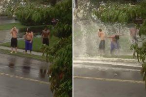 3 Amigos Divertem-se Na Berma Da Estrada Para Que Os Veículos Os Molhem Quando Passam Sobre As Poças 9