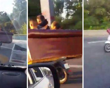 3 Amigos Viajam Confortavelmente Pelas Ruas De Paris Num Sofá Em Cima De Uma Scooter 2