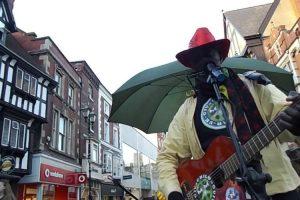 Artista De Rua Prepara-se Para Cantar, Mas é Interrompido Por Algo Inesperado 9