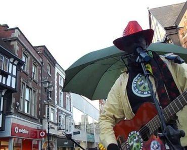 Artista De Rua Prepara-se Para Cantar, Mas é Interrompido Por Algo Inesperado 8