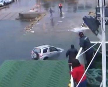 Jipe Destravado Cai à Água Após Deslisar Pela Rampa De Ferry 6