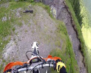 Motociclista Faz Arriscado Percurso No Topo De Uma Montanha 4