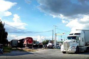 Camião Colhido Por Comboio Durante Travessia De Passagem De Nível 10