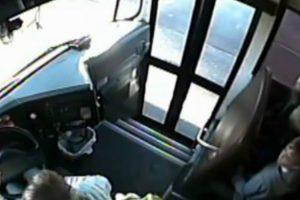 Imprudente Condutor Passa Em Frente Da Porta De Carrinha Escolar a Grande Velocidade 10