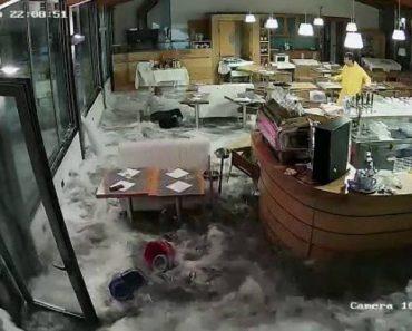 Gigantesca Onda Provoca Estragos Após Invadir Restaurante Italiano 5