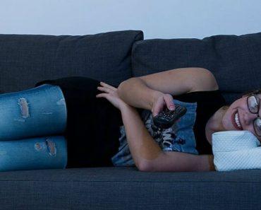 A Almofada Ideal Para Quem Usa Óculos, e Gosta De Ver Televisão No Sofá 5