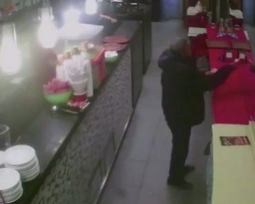 Cliente Embriagado Confunde-se e Tenta Pagar Conta Ao Seu Próprio Reflexo No Espelho De Restaurante 8