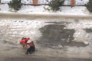 A Dificuldade Em Caminhar Com Ventos Fortes Numa Estrada Coberta De Gelo 9