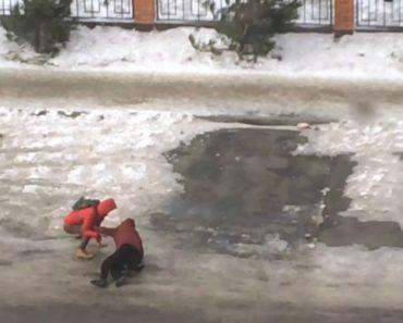 A Dificuldade Em Caminhar Com Ventos Fortes Numa Estrada Coberta De Gelo 6