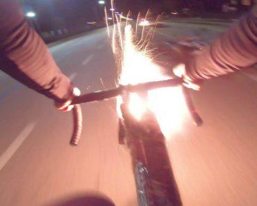 Enquanto Circulam Na Estrada, Ciclista Ataca Dois Homens Em Scooter Com Fogo-de-Artificio 3