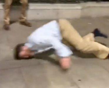 Homem Derrapa Com a Cara No Chão Enquanto Faz Corrida Com Amigo Na Rua 8