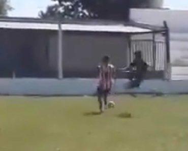 """A Entrada """"Criminosa"""" De Um Jogador Ao Dar Pontapé No Tronco Do Adversário 3"""