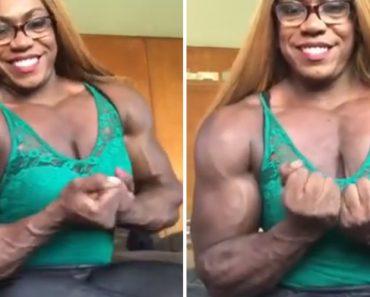 Mulher Sorri Orgulhosamente Para a Câmara Enquanto Exibe Os Seus Músculos 5