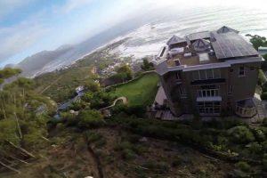 Jovem Filma o Seu Arriscado Salto De Parapente Por Entre As Casas 1