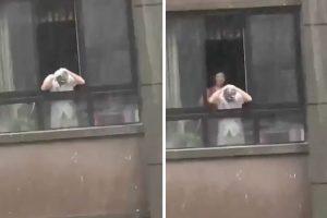 Homem Aproveita Dia De Chuva Para Lavar a Cabeça Com Shampoo 10
