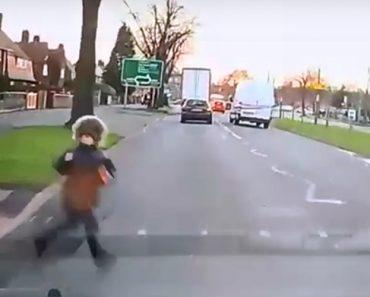 Menino Escapa Por Milagre a Duplo Atropelamento e Momento Ficou Gravado Em Vídeo 4