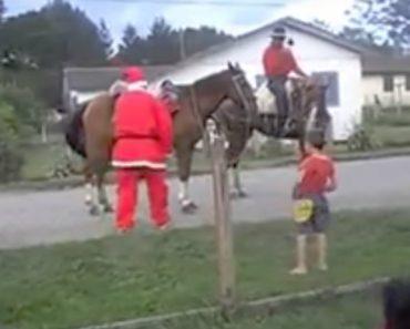 Pai Natal Troca Trenó Por Cavalo e Lesiona-se Ao Tentar Montá-lo 5