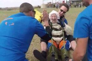 Avó Radical Salta De Paraquedas Aos 102 Anos e Estabelece Novo Recorde Mundial 10