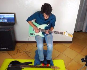 Musico Mostra Como Se Toca Guitarra Com As Mãos Ao Mesmo Tempo Que Toca Baixo Com Os Pés 8